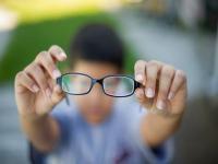 """男孩患""""单眼""""近视 眼镜都没法戴"""
